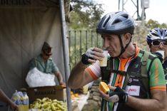 Uno de los ciclistas de la pasada edición, hidratándose en un punto de avituallamiento // CharryTV