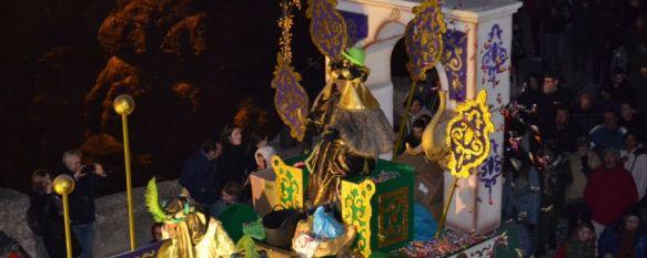 La carroza del Rey Baltasar a su paso por el Puente Nuevo. // CharryTV