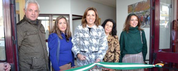 La alcaldesa de Ronda acompañada por varios miembros del equipo de gobierno y de la Hermandad del Santo Entierro durante la inauguración del centro. // CharryTV