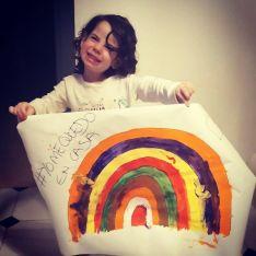 La pequeña Tatiana ha elaborado junto a su madre esta pancarta y espera que pase esta crisis para volver a ver a su abuela Yolanda. // CharryTV
