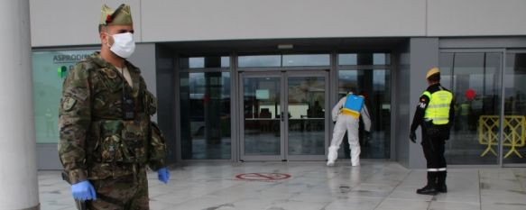 La UME desinfecta el Hospital Comarcal de la Serranía con el apoyo de La Legión, Efectivos del Grupo de Caballería Reyes Católicos han participado, además, en patrullas y controles junto a agentes del Cuerpo Nacional de Policía, 20 Mar 2020 - 15:44