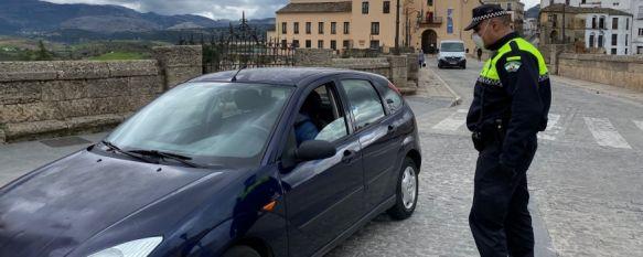 Un agente de la Policía Local, durante un control rutinario a conductores en la Plaza de España  // CharryTV