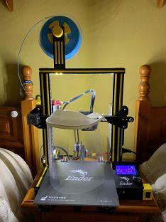 Impresora 3D de Juan Vázquez con la que se han elaborado diversas viseras de acetato. // Juan Vázquez