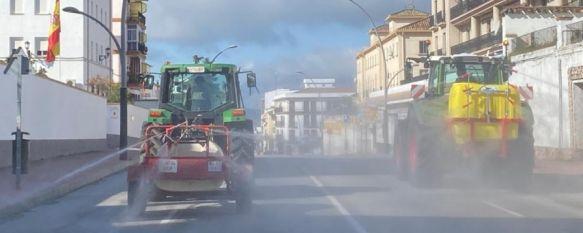 Un total de 12 tractores de agricultores colaboran con SOLIARSA, Estos vehículos agrícolas procedentes de varias pedanías se han sumado a la empresa municipal de limpieza en la desinfección de las calles de Ronda, 26 Mar 2020 - 12:30