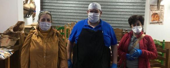 El grupo Solidarios en Ronda reparte unas 200 comidas entre vecinos con pocos recursos, El colectivo que fundó Pepi Chito ha recaudado más de 1.000 euros que han aportado los ciudadanos para comprar productos que se han repartido en el Mercado de Abastos, 08 Apr 2020 - 19:30