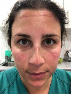 Los profesionales sanitarios como Cristina deben llevar los EPI si entran en contacto con pacientes que tengan coronavirus o sospecha de padecer la enfermedad. // Cristina Ruiz