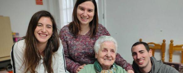 En la imagen Ana del Valle junto a sus nietos Alba, Verónica y David. // Paqui Sánchez