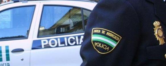 La Unidad de Policía Adscrita en colaboración con la Policía Local de Casares hizo constar los continuos incumplimientos de las medidas de confinamiento actuales por parte de la familia. // CharryTV