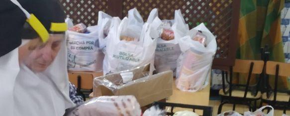 Las Hermanitas de la Cruz proveen de alimentos a unas 500 familias necesitadas de Ronda, Desde que comenzó la crisis del COVID-19, y según uno de los voluntarios que colabora con ellas, las religiosas entregan 600 bolsas de productos cada dos semanas, 21 Apr 2020 - 17:11