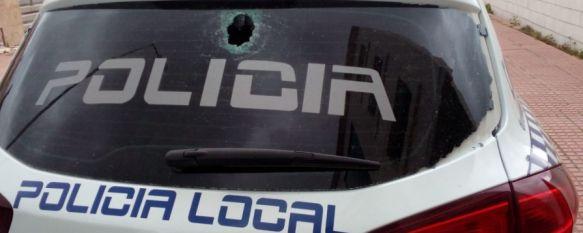 El detenido rompió la luna trasera de uno de los vehículos policiales al lanzar piedras contra él y contra los agentes. // CharryTV