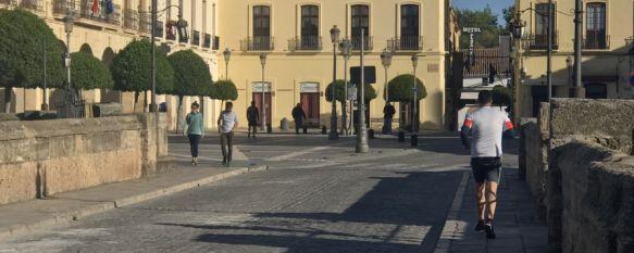 Cientos de rondeños salen a pasear y hacer deporte en el 49º día de confinamiento, El Puente Nuevo, la Calle La Bola y el carril del Arroyo de las Culebras han sido algunos de los rincones escogidos por los viandantes para realizar sus primeras salidas autorizadas, 02 May 2020 - 12:06
