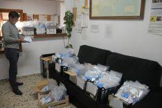 los kits incluyen libros para las familias con hijos de cara a hacer un poco más llevadero a los pequeños el periodo de confinamiento. // José Gallardo