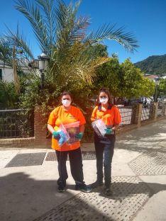 Voluntarios de Protección Civil han colaborado en la entrega de los kits casa por casa. // José Gallardo