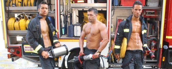 Los bomberos de Ronda presentan su calendario benéfico para 2012, Los beneficios irán destinados a AROAL y AYUCA. Se ha realizado una tirada de 2.500 ejemplares cuyo precio de venta es de 5 euros, 28 Nov 2011 - 21:20