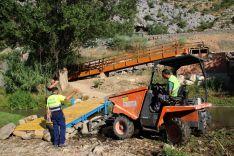 Personal del Ayuntamiento de Benaoján, ayudando en la fijación de la infraestructura // Manolo Guerrero