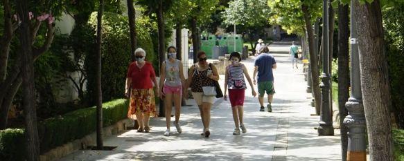Un alto porcentaje de la población respeta la medida que obliga al uso de mascarilla en espacios públicos pese al mantenimiento de la distancia. // Juan Velasco
