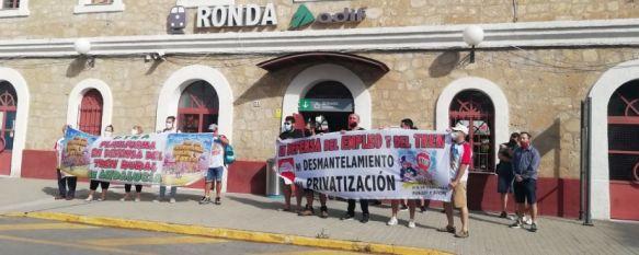Las organizaciones convocantes exhiben pancartas reivindicativas al inicio del encierro esta mañana en la estación del tren de Ronda. // CharryTV