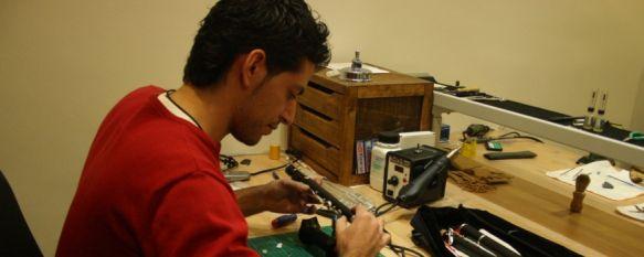 Víctor Mancebo: El último lutier de la Serranía de Ronda, Se inició en el mundo de la música tocando el clarinete en la Banda Municipal de Pujerra y en los últimos años se ha formado en la materia en el Reino Unido, 07 Dec 2011 - 17:21
