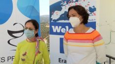 Antonia Salud Vázquez, a la izquierda, es la responsable de la Biblioteca del IES Gonzalo Huesa desde hace 12 años. // CharryTV