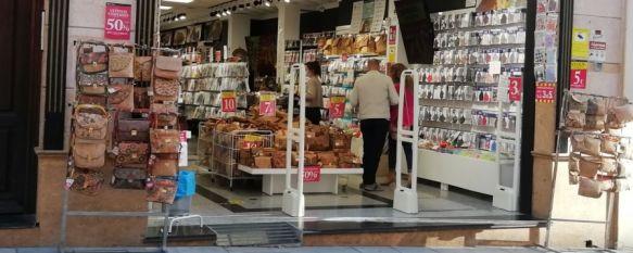 El turista de fin de semana, al rescate de las tiendas de souvenirs, Los establecimientos de venta de artículos de recuerdo y regalos incorporan a su oferta mascarillas y se expanden más allá del casco antiguo de la ciudad, 15 Oct 2020 - 18:24