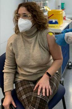 Una auxiliar de Enfermería del Hospital de la Serranía recibe la primera dosis de la vacuna contra el COVID-19. // CharryTV
