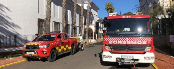A las 10:00 horas de hoy viernes comenzaron las tareas de los efectivos dotados con un equipo de desinfección y baldeo de agua con lejía al 2% en el exterior del centro y zonas comunes al aire libre. // CPB Málaga