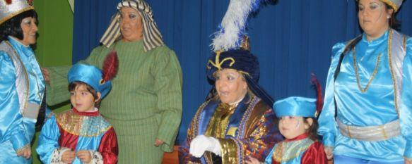 La Cartera Real recogió las cartas de los niños para los Reyes Magos, Cientos de pequeños esperaron la llegada de esta figura navideña en distintas barriadas, 19 Dec 2011 - 16:42