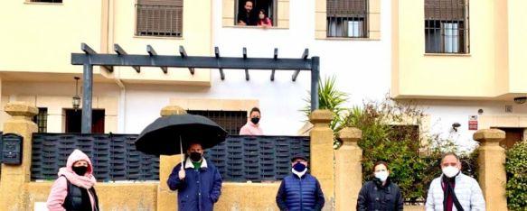 Vecinos de Santiago Apóstol recaudan más de 2.000€ para las Hermanitas de los Pobres, Los residentes de esta calle de la Cruz de San Jorge emprendieron la colecta a raíz de un llamamiento de las religiosas, que necesitaban de la ayuda de los rondeños, 09 Feb 2021 - 12:07