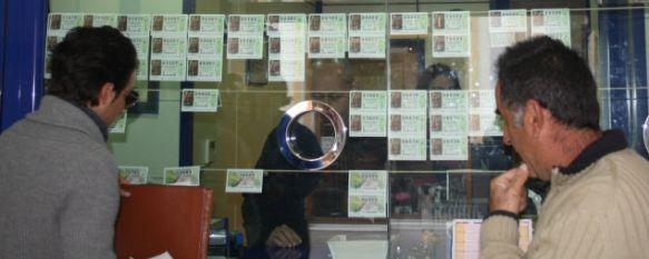La venta de Lotería de Navidad se reduce este año un 15%, Los más rezagados hacen cola estos días en las cuatro administraciones existentes en la ciudad, 19 Dec 2011 - 19:52