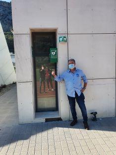 Bohórquez señala uno de los desfibriladores instalados en la vía pública del municipio. // David Bohórquez