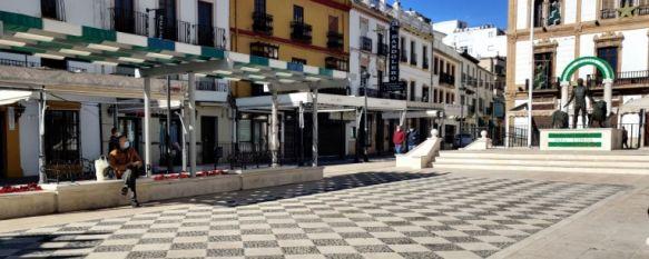 Imagen de la plaza del Socorro con la mayoría de comercios cerrados // Juan Velasco
