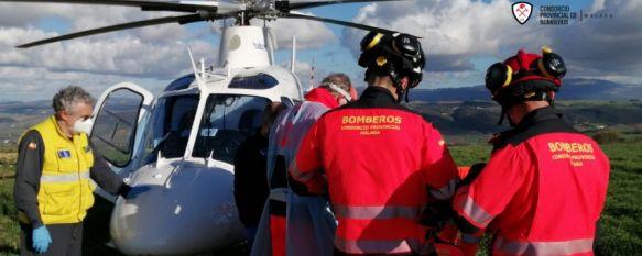 Los Bomberos rescatan a un parapentista accidentado cerca de Acinipo, El herido, que estaba consciente, ha sido trasladado en helicóptero al Hospital de Ronda al presentar un fuerte dolor en la espalda, 22 Feb 2021 - 18:56