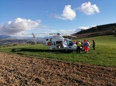 El herido ha sido trasladado al Hospital de Ronda en helicóptero tras sufrir una caída. // Consorcio Provincial de Bomberos
