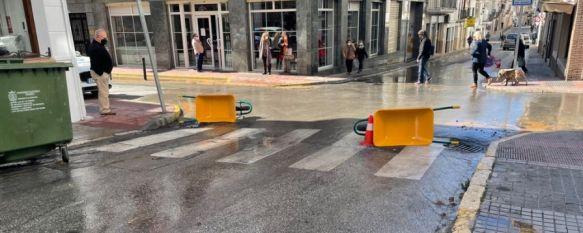Una intervención en calle Almendra interrumpe el suministro de agua en la zona, Los trabajos que los operarios llevaban a cabo en el acerado han afectado a una de las arterias de fontanería que atraviesa esta vía, aunque el servicio ha sido restablecido, 17 Mar 2021 - 18:16