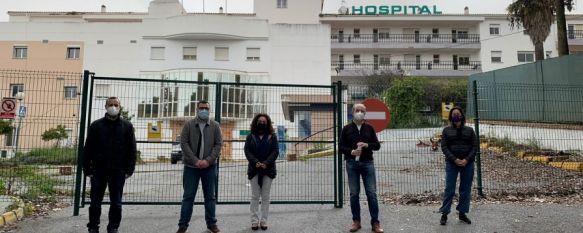 Miembros de IU y de la Plataforma en defensa de una sanidad pública de calidad han comparecido ante las puertas del antiguo Hospital Comarcal. // CharryTV