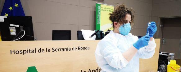 Personal del Área Sanitaria de la Serranía ha comenzado a administrar vacunas de Astra Zeneca a población de entre 55 y 65 años. // Junta de Andalucía