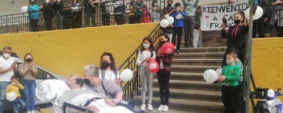 Vuelve a casa tras más de 40 días en la UCI por coronavirus, José Antonio Moreno, de 65 años, ha sido recibido en su barrio con globos y pancartas tras permanecer casi tres meses ingresado en el Hospital Comarcal , 30 Mar 2021 - 18:11
