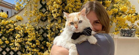 Angelina Novikova posa con Mishka en su casa de la Cruz de San Jorge. // Natalia Maksimava