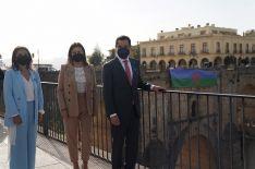 Al finalizar el acto se ha desplegado la bandera del Pueblo Gitano sobre el Puente Nuevo. // Junta de Andalucía