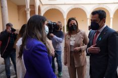 Moreno saluda a María Becerra, estudiante de la Escuela de Enfermería de Ronda, a su llegada al Convento de Santo Domingo. // Junta de Andalucía