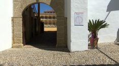 En este cuadro se representa en primer plano el momento previo de un festejo taurino en el patio de cuadrillas de la Plaza de Toros de Ronda. // CharryTV