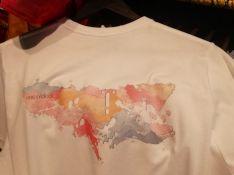 Otra de las camisetas de esta línea muestra una colorida vista de la ciudad desde el camino hacia la Ermita de la Virgen de la Cabeza en su parte trasera. // María José García