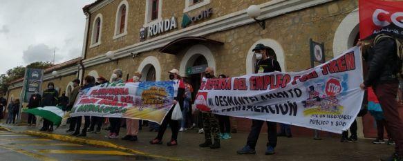 Medio centenar de vecinos de la Serranía secundan la manifestación por el tren rural, Los participantes recorrieron a pie la distancia entre las estaciones de Arriate y Ronda para reclamar la mejora de este medio como freno a la despoblación, 26 Apr 2021 - 13:28