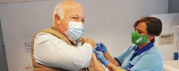 El consejero de Salud y Familias, Jesús Aguirre, ha recibido la primera dosis de la vacuna de AstraZeneca correspondiente a su tramo de edad. // Junta de Andalucía