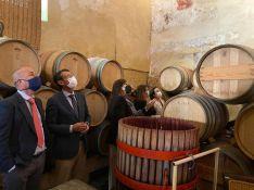 Tras su visita al Consistorio, Crespo ha visitado la Bodega de los Descalzos Viejos junto a varios miembros de la Corporación Municipal. // Ayuntamiento de Ronda