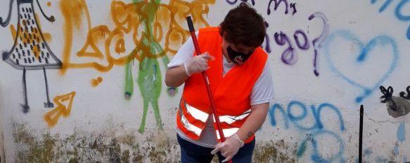 Los miembros de Asprodisis mantienen limpio el entorno de su sede, Un grupo de personas con discapacidad ubican ceniceros y papeleras en la Carretera de El Burgo e instan al civismo de los vecinos de la ciudad, 28 May 2021 - 11:46