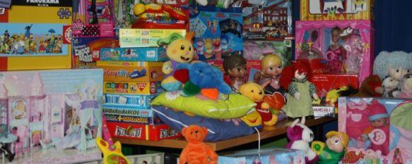 La FAV Arunda entrega cerca de mil juguetes a los niños de Ronda, Los pequeños podrán recoger sus regalos en el Centro Cívico María Matilde Schemm, 03 Jan 2012 - 17:10