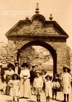 Protestantes de Ronda frente al Arco de Felipe V en 1909 // Mamen Teston