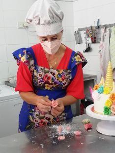 Zamudio es capaz de dedicar jornadas intensivas de 18 horas, y dice que en los ratos muertos hace flores de chocolate como esta. // CharryTV
