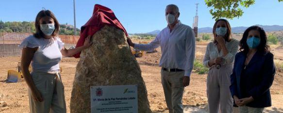 La alcaldesa y varios concejales han ubicado una cápsula del tiempo junto a un monolito que recuerda la ubicación de la primera piedra. // Ayuntamiento de Ronda
